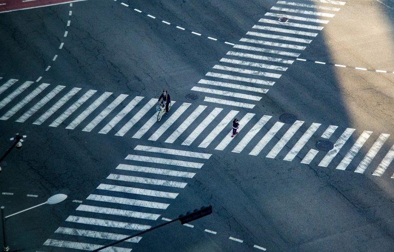 Einsam auf dem Zebrastreifen